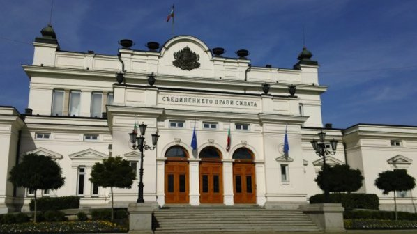 Депутатите задължиха всички министри в оставка да се явят в парламента