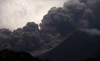 Масова евакуация в Конго заради очаквано мощно изригване на вулкана Нираконго