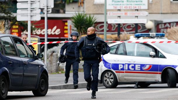 Двама ранени при стрелба пред болница в Париж