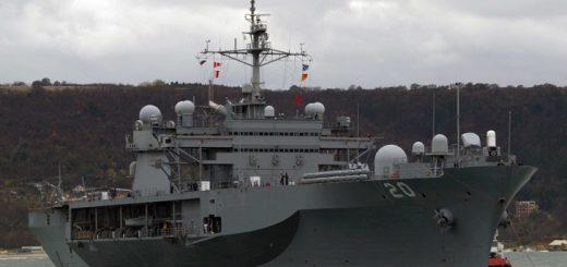 Десантният кораб на 6 Американски флот USS FortMcHenry