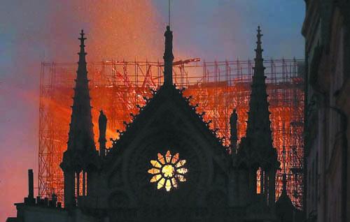 Парижката катедрала Нотр Дам отваря отново през 2024 г.