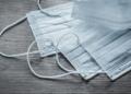 Ваксинирани срещу COVID-19 служители може да не носят маска за лице на работните си места