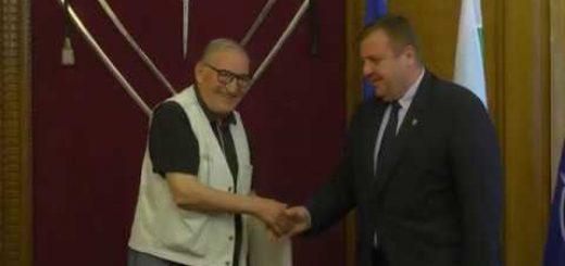 Министърът на отбраната Красимир Каракачанов награди Димитър Пенев по случай 75-годишния му юбилей