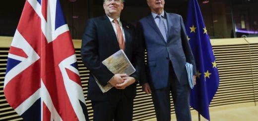 Британският министър Дейвид Фрост (Л) и преговарящият на ЕС по Брекзит Мишел Барние (Д)