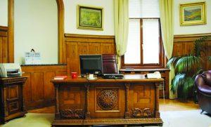Прословутото бюро на братя Бурови е истинско произведение на изкуството. Днес то се пази в сградата на фалиралата КТБ в София