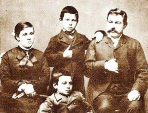 Димитър и Кунка Бурови със синовете си Иван (правият) и Атанас в края на ХIХ в. в Горна Оряховица