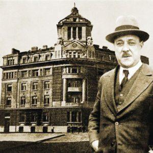По-малкият и по-известен брат - политикът и банкер Атанас Буров, позира пред сградата на семейната банка в София, построена през 1921 г. от братята за централен офис на банката. След десетилетия тя ще стане собственост на КТБ