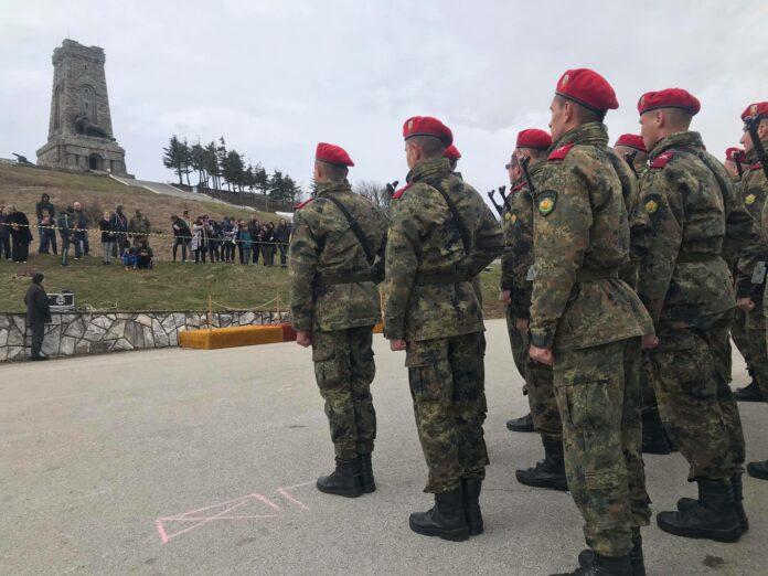 35 новоназначени военнослужещи от състава на 61-а Стрямска механизирана бригада положиха военна клетва. За пръв път официалната церемония се проведе на връх Шипка. До момента на историческия връх са полагали клетва единствено офицери.