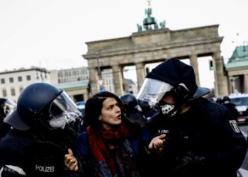 Протести в Берлин срещу Covid мерки, полицията използва сълзотворен газ