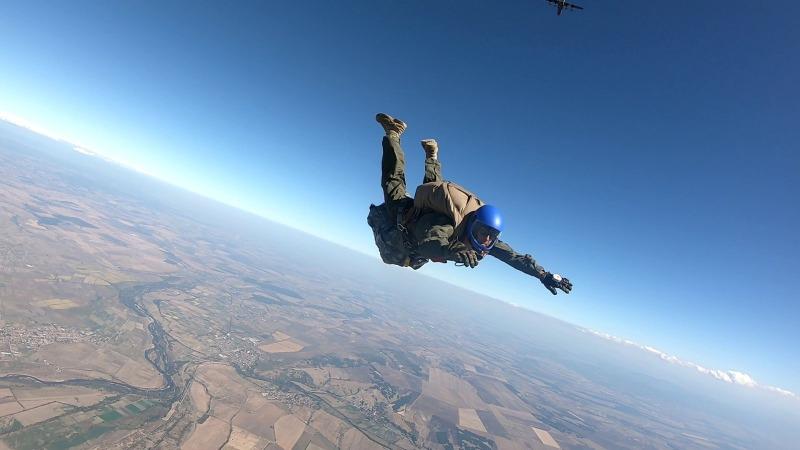 Военнослужещи от морския специален разузнавателен отряд изпълниха парашутни скокове