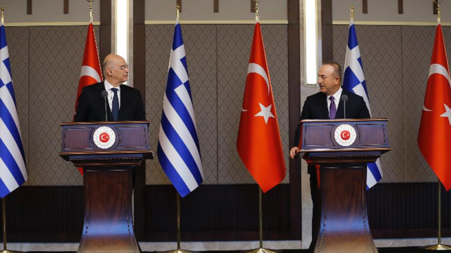 Външните министри на Гърция и Турция спориха на пресконференция