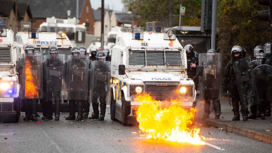 След нови размирици в Северна Ирландия полицията призова за спокойствие