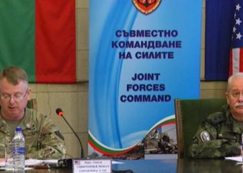 """Въоръжените сили на Република България се подготвят за участие в мащабното международно учение """"Defender Europe 21"""", което ще се проведе в периода май-юни 2021 г. под ръководството на Командването на Сухопътните войски на САЩ за Европа и Африка. Тренировките са фокусирани върху изпълнението на задачи, характерни за отбранителни операции. Участието в ученията е израз на съюзната решимост, сплотеност и взаимна ангажираност към сигурността в Черноморския регион."""