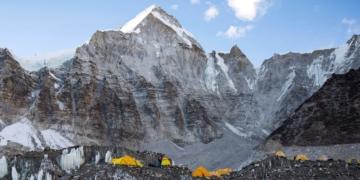 Над 100 случая на коронавирус бяха установени в подножието на Еверест, въпреки отричането на Непал