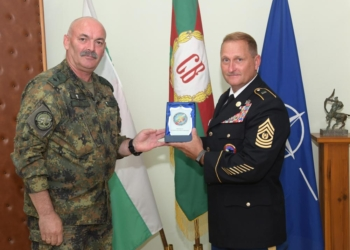 Генерал-майор Михаил Попов връчи плакет на главен сержант Майкъл Джентри