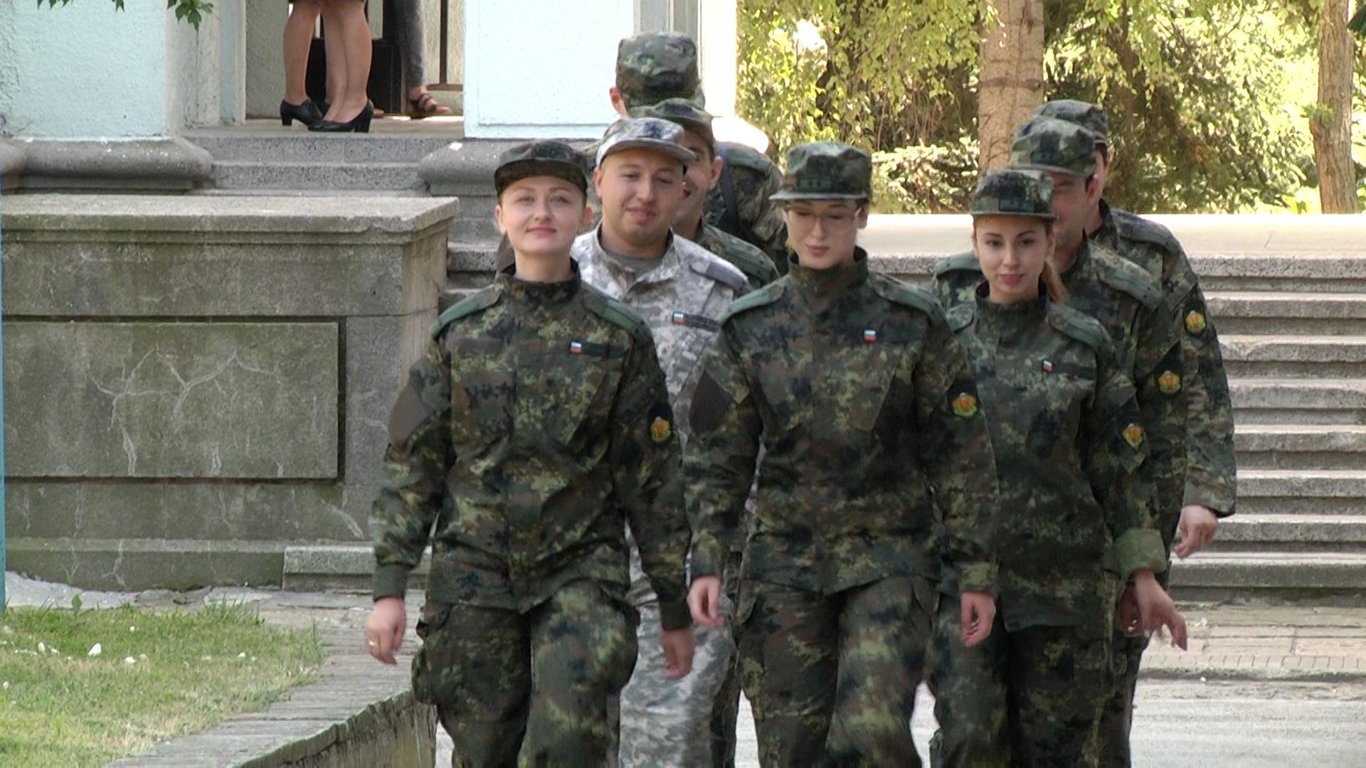 Военни лекари на обучение по базова военна подготовка във ВВМУ