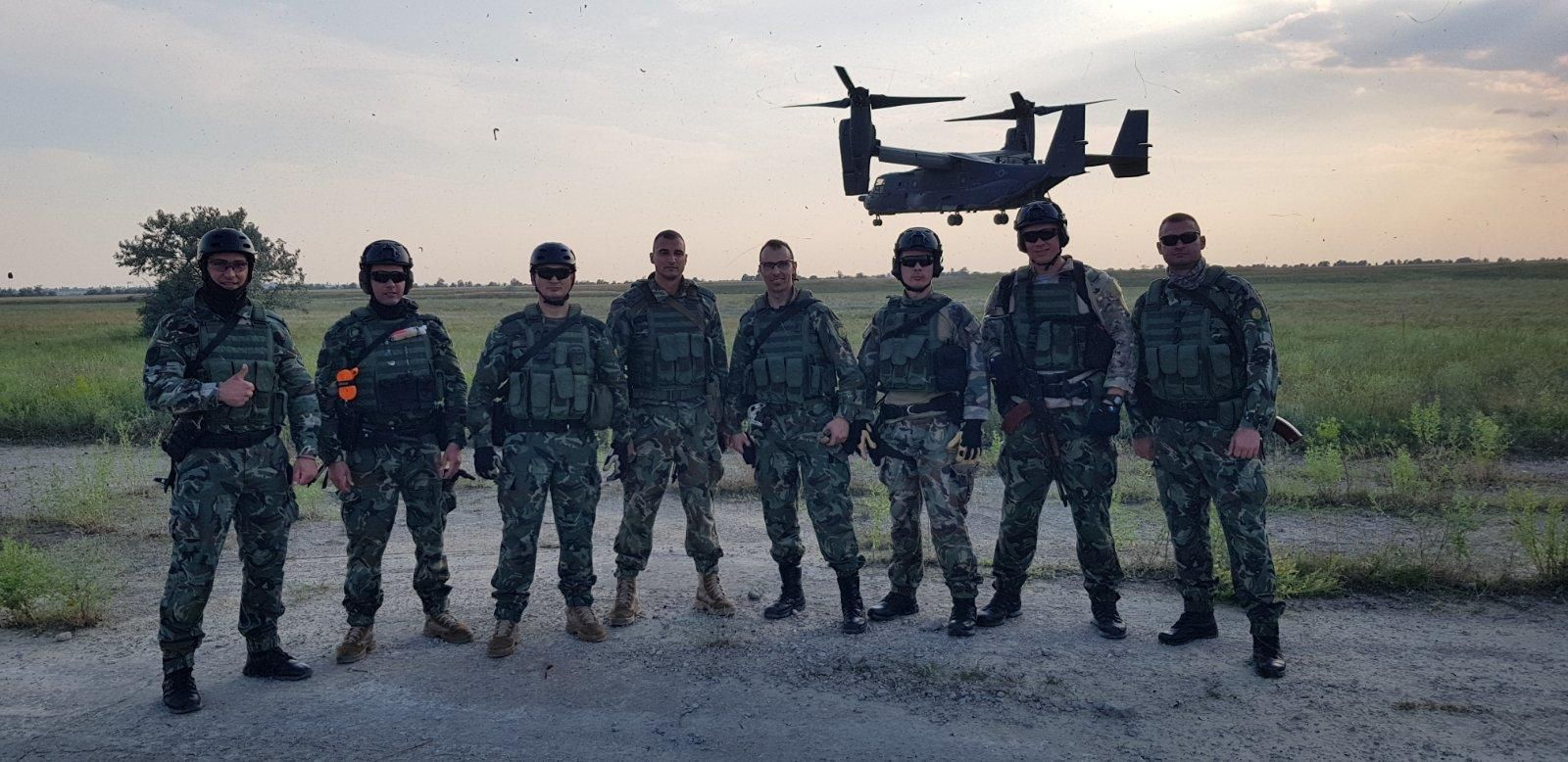 Бойни плувци с десант от конвертоплан V-22 Osprey