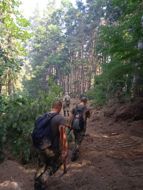 Втори ден военнослужещи помагат в борбата с големия пожар в Сливенско