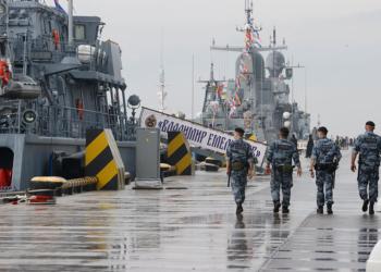 Руският Черноморски флот тренира стрелба по цели в морето по време на украинско-американски учения