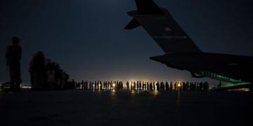 Близо 200 чужденци излетяха с чартърен полет от Кабул