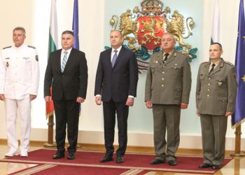 Президентът връчи пагони на двама генерали