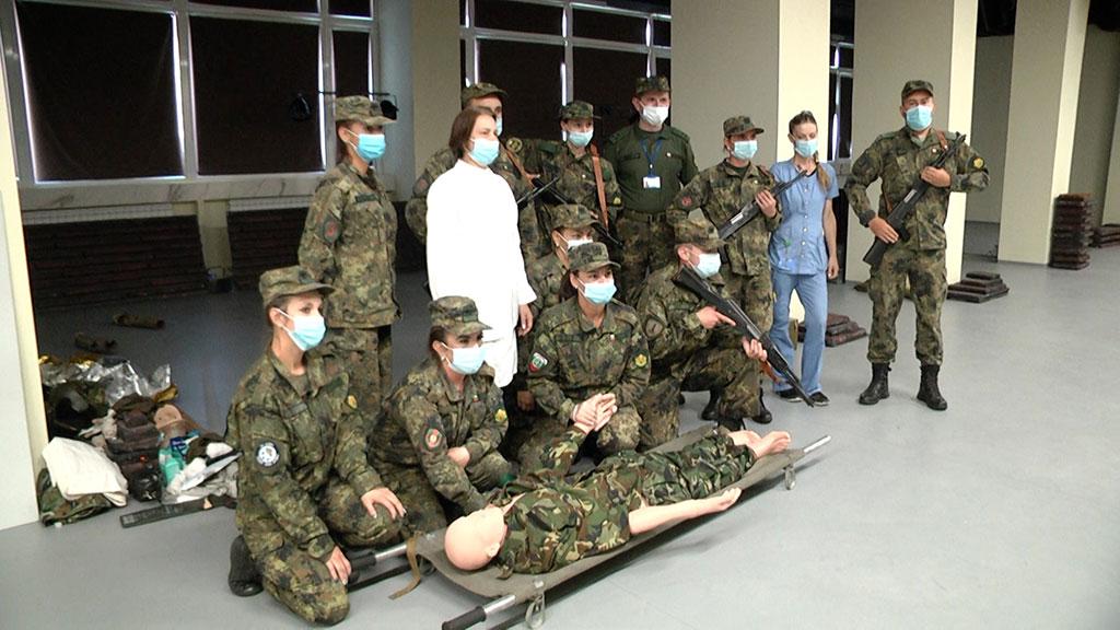 Във военномедицинския симулационен тренировъчен център бойни санитари на курс по първа медицинска помощ