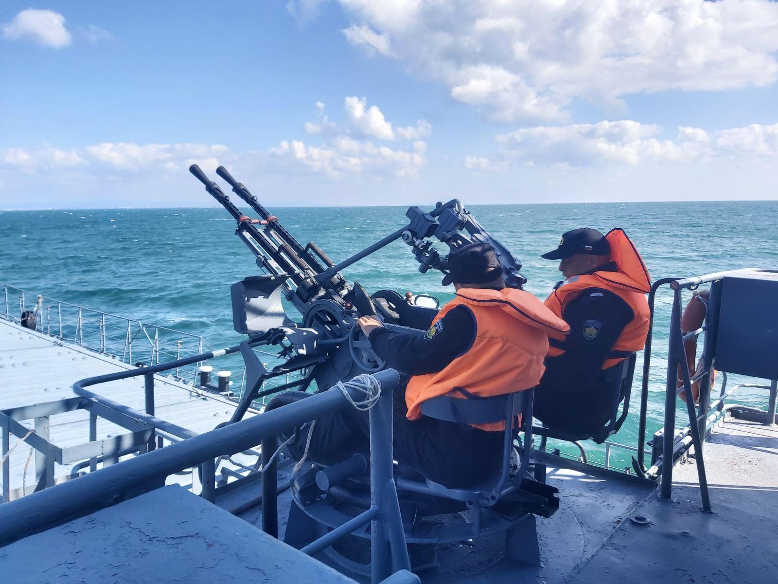 Кораби от състава на Флотилия бойни и спомагателни кораби провеждат тактически учения на море