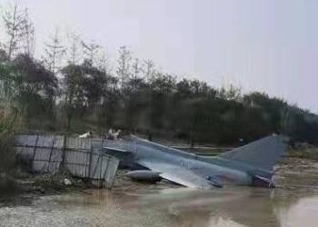 """Принудително """"кацане"""" на китайски изтребител J-10 в река"""