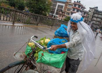 Близо 200 жертви на наводнения и свлачища в Непал и Индия