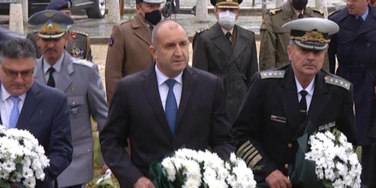 Почит пред паметника на летеца в София по повод празника на авиацията