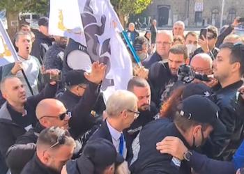 Протестиращи нападнаха министъра на образованието